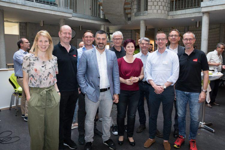 Startups, Volunteers, Gäste und Vertreter der Startup Academy Liestal freuen sich über einen gelungenen Abend